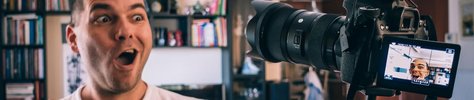 Professor gravando aula com sua câmera